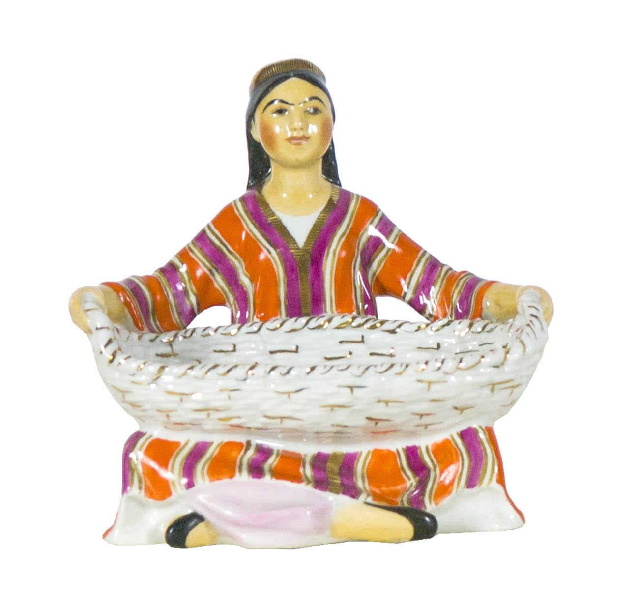 Скульптура «Узбечка с корзиной». Автор модели Г.С. Столбова.