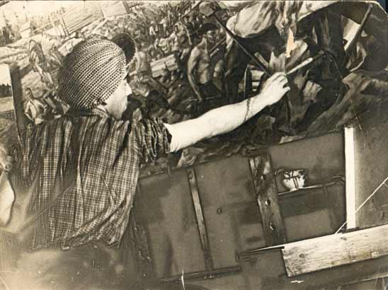 С. Дудник работает над картиной.