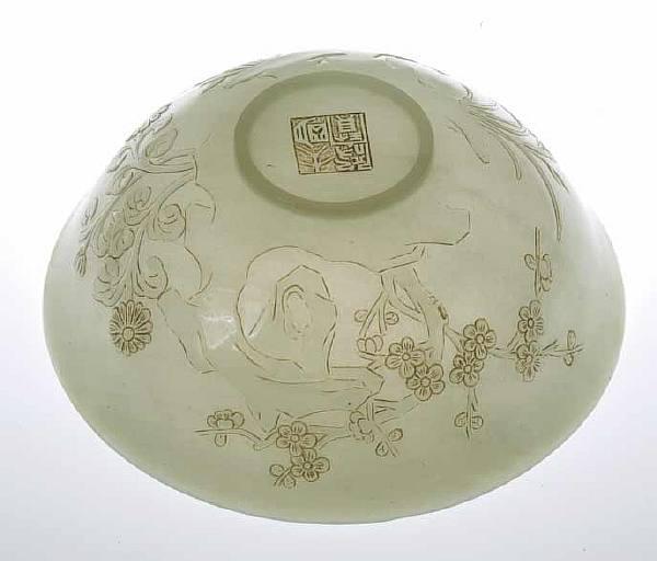 Чаша из сине-зеленого нефрита с растительным и пейзажным рисунком.
