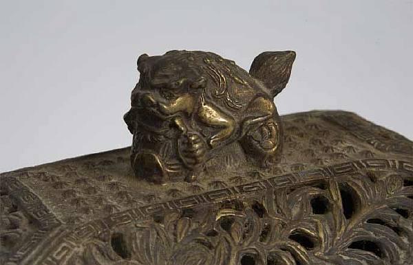 Курильница с растительным орнаментом и навершением в виде играющего льва.