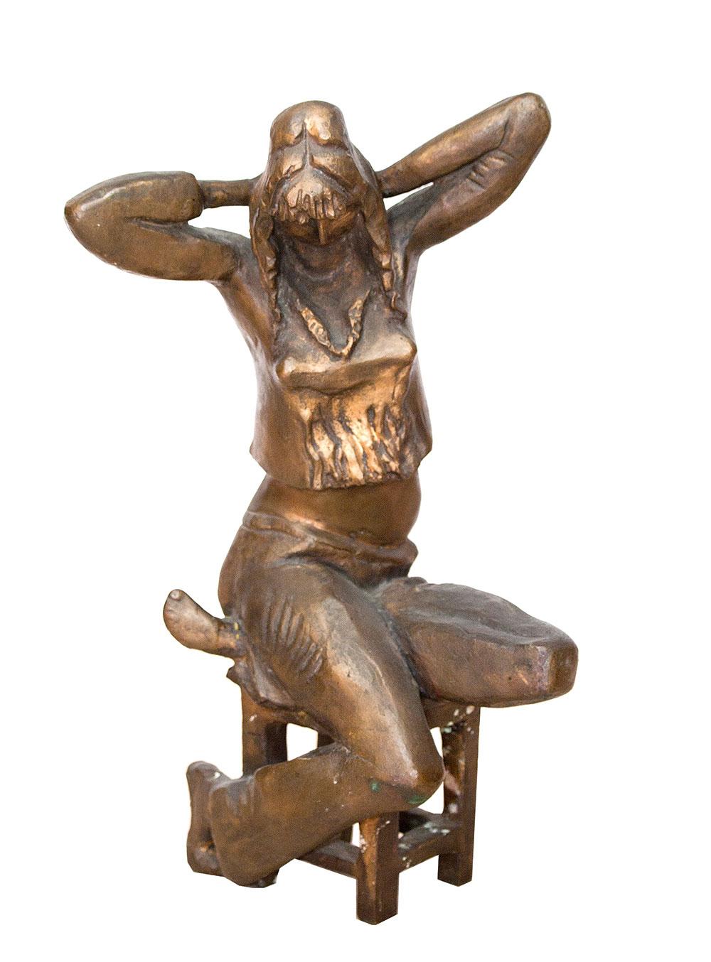 Девушка, сидящая на табурете.