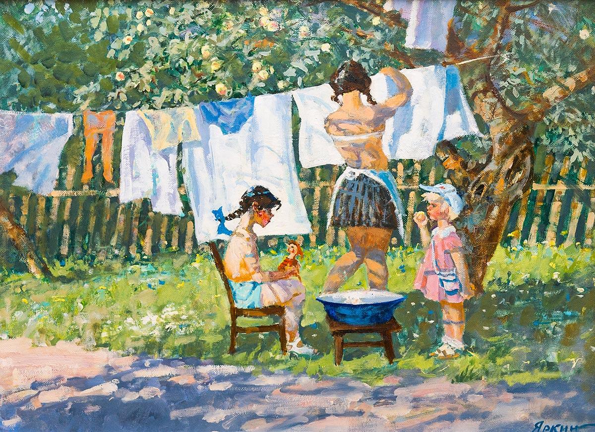 В саду. Вешают белье.