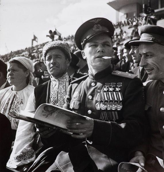 Трижды  Герой Советского Союза летчик-истребитель Иван Кожедуб на стадионе