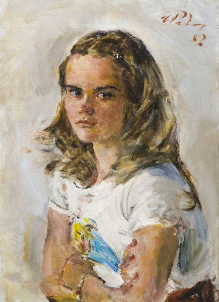 Девочка в белой майке.