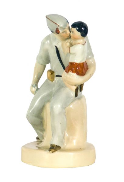 Испанский солдат с ребенком. Скульптура.