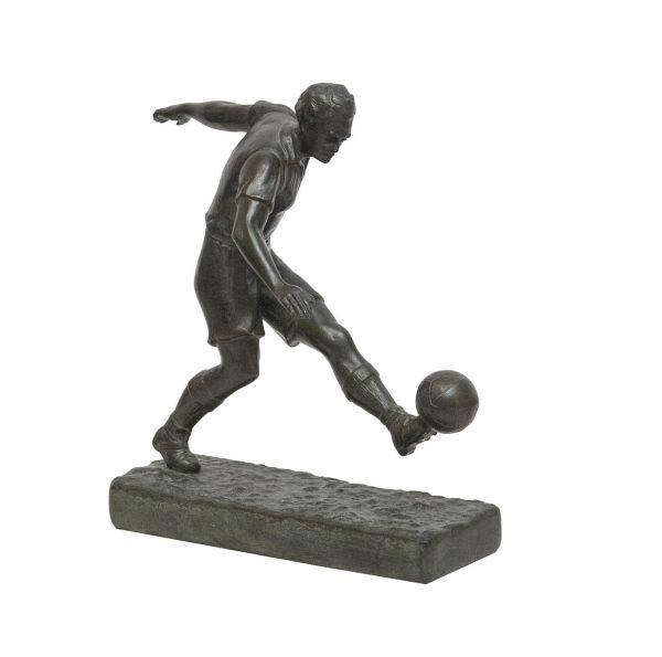 Футболист, бьющий по мячу.