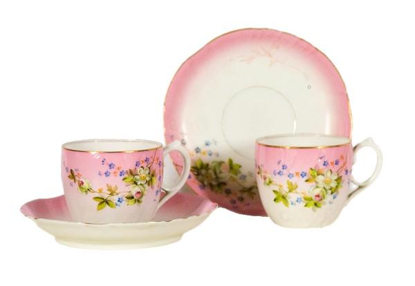 Две чайные пары с росписью цветами вишни на розовом фоне.