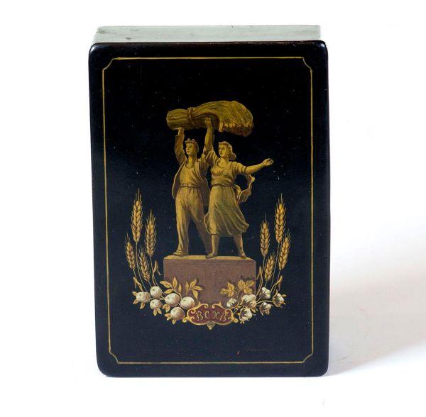 Шкатулка «ВСХВ» с изображением скульптурной группы «Рабочий и Колхозница » в обрамлении колосьев пшеницы и хлопка.
