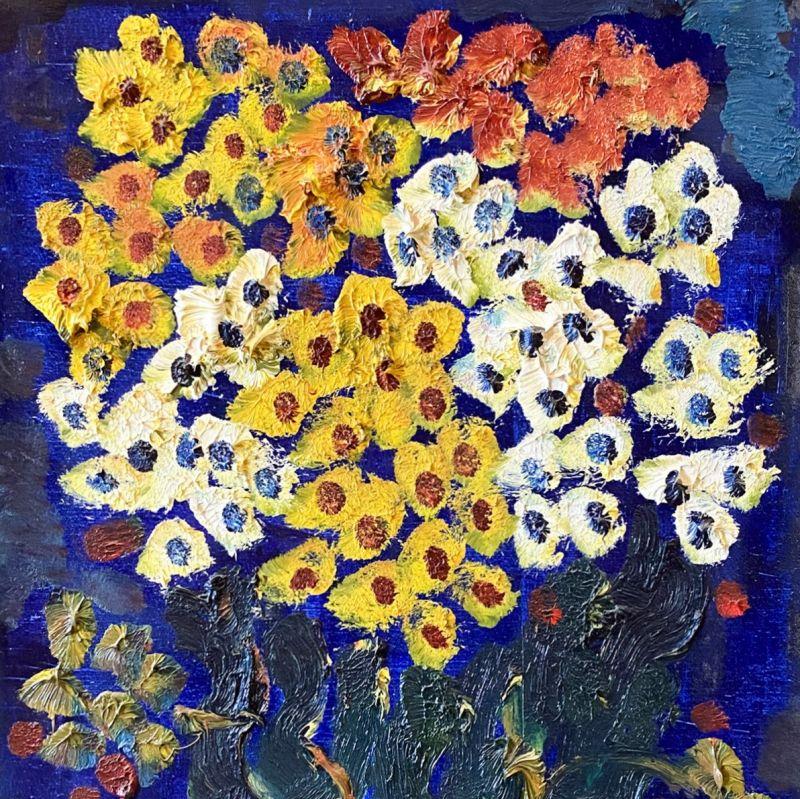 Цветы на синем фоне.