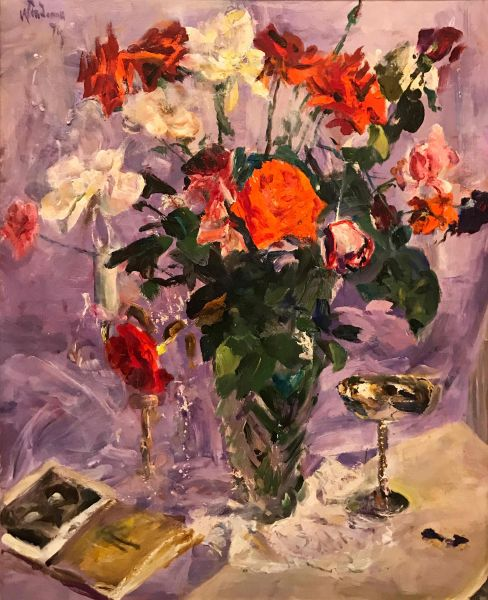 Натюрморт с розами на фиолетовом фоне.