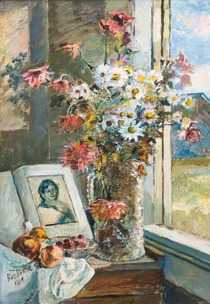 Ваза с цветами и книга около окна.